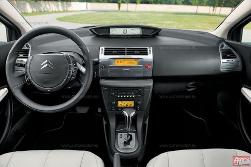 Тахометр «переехал» с рулевой колонки на дисплей, добавились новые материалы отделки. Фото Citroen с сайта autoreview.ru.