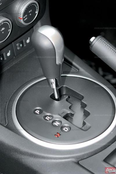 Шестиступенчатый «автомат» неплох, но огорчает задержкой блокировки гидротрансформатора на низших передачах (едешь как с вариатором). Фото Юрия Ветрова с сайта autoreview.ru