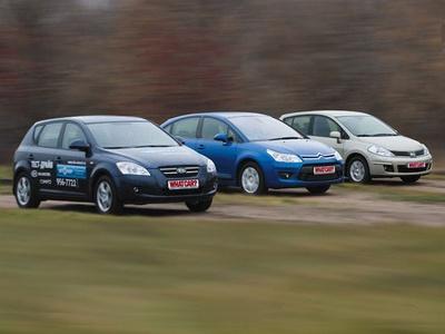 KIA Cee`d, Citroen C4 и Nissan Tiida. Фото Сергея Гавриленко с сайта whatcar.ru.
