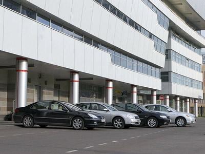 Nissan Teana, Hyundai Grandeur, Peugeot 607, Toyota Camry. Фото с сайта Lenta.ru