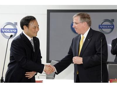 Ли Шуфу, Президент корпорации Geely, и Льюис Бус, Вице-президент Ford Motor. Фото пресс-служжбы Volvo