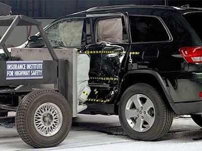 Боковой краш-тест Jeep Grand Cherokee. Фото IIHS