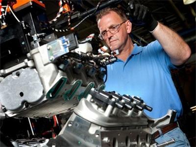 Процесс сборки двигателей Chevrolet. Фото GM