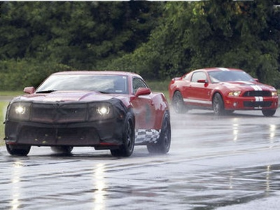 Chevrolet Camaro Z28 и Ford Mustang GT500. Фото с сайта autoexpress.co.uk