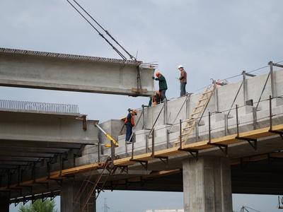 Строительство эстакады. Фото с сайта trks.ru