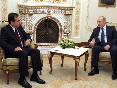 Владимир Путин и Карлос Гон. Фото пресс-службы Правительства РФ