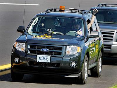 Марк Риккобоно за рулем Ford Escape. Фото NFB
