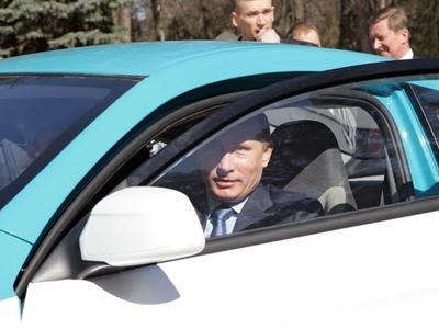 """Владимир Путин за рулем """"Ё-мобиля"""". Фото пресс-службы Правительства РФ"""