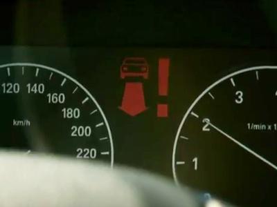 Система «Car-to-x» показывает наличие помехи при выполнении левого поворота. Иллюстрация BMW