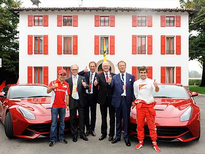 Фелипе Масса и Фернандо Алонсо в окружении руководителей Ferrari