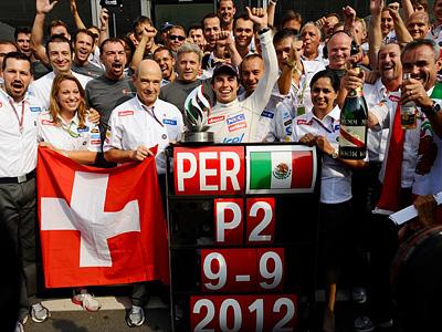 Серхио Перес в окружении коллектива Sauber на финише Гран При Италии