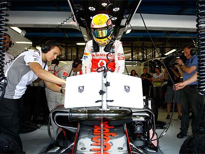 Льюис Хэмилтон в боксах McLaren перед квалификацией Гран При Италии