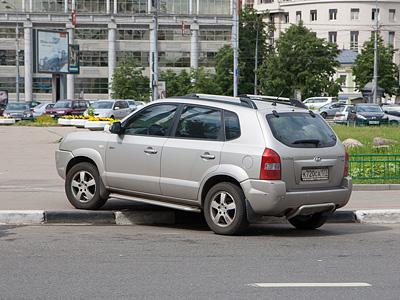 Парковка на тротуаре в центре Москвы