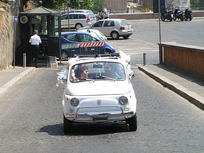 Семейная пара в Fiat 500