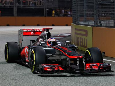 Пилот McLaren Дженсон Баттон за рулем болида MP4-27 на трассе Формулы-1 в Сингапуре