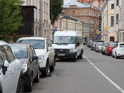 Парковка автомобилей в городе