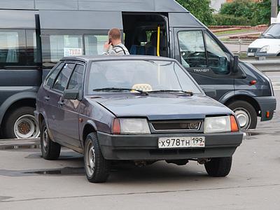 Частный таксист возле одной из станций столичного метрополитена