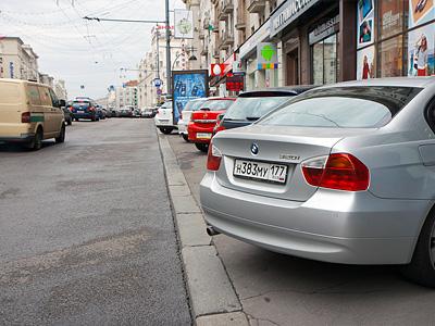 Парковка автомобилей на Тверской улице