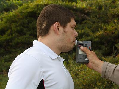 Прохождение теста на содержание алкоголя в выдыхаемом воздухе