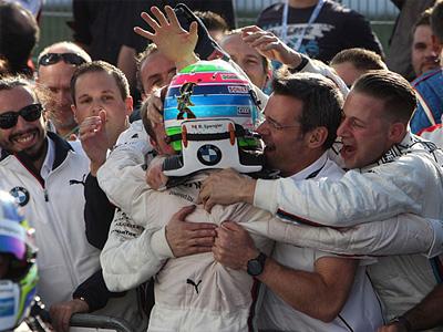 Бруно Спенглер в объятиях сотрудников BMW