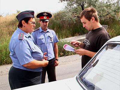 Инспекторы ГИБДД и ученик автошколы