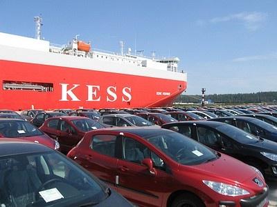 Разгрузка новых автомобилей на таможенном посту в Усть-Луге