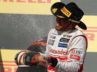Льюис Хэмилтон в ковбойской шляпе Pirelli на подиуме Гран-при США