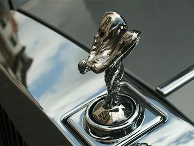 «Летающая леди» на седане Rolls-Royce