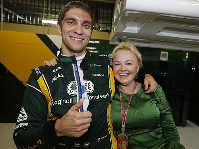 Виталий Петров со своим менеджером Оксаной Косаченко в паддоке Гран-при Бразилии