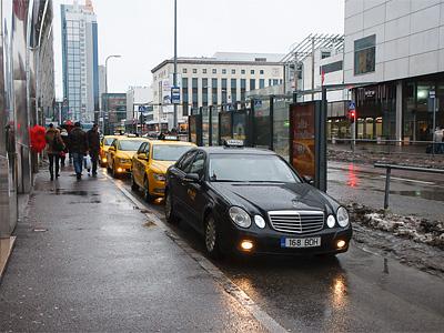 Оклеенные в желтый цвет Skoda Superb, используемые в качестве такси в Таллине