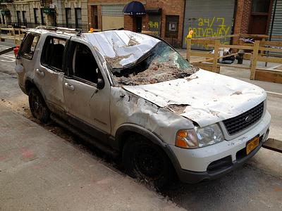 Поврежденный ураганом «Сэнди» автомобиль