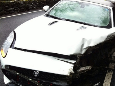 Разбитый Jaguar F-Type