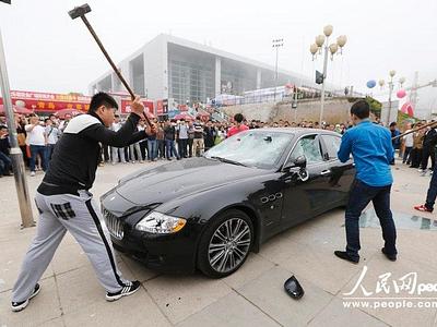 Китаец разбивает собственный Maserati в знак протеста против низкого уровня техобслуживания