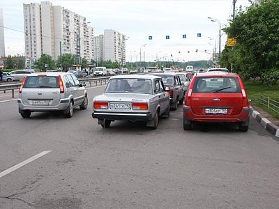 Парковка в спальном районе Москвы