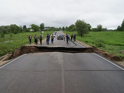 Обрушение дороги на трассе Таруса-Серпухов