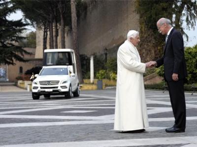 Папа Римский и Дитер Цетше на вручении понтифику специального автомобиля