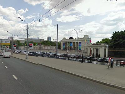 Парковка возле парка Горького в Москве