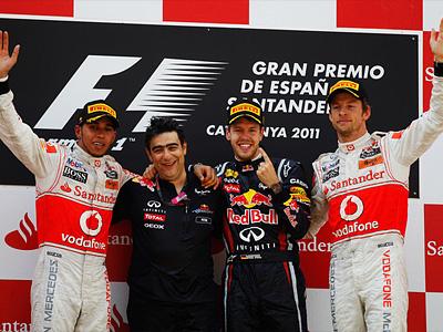 Глава отдела аэродинамики Red Bull Питер Продрому (в центре)