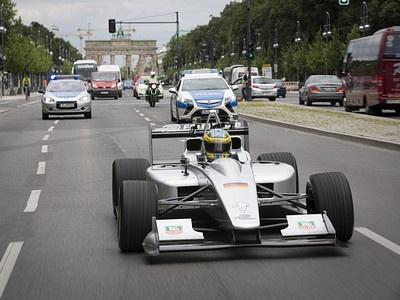 Болид Формулы-Е на дорогах Берлина