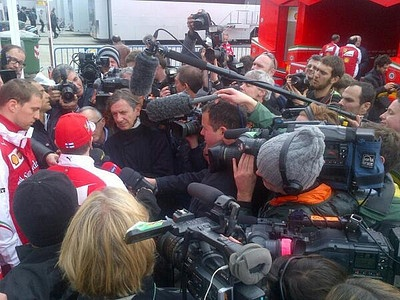 Кими Райкконен беседует с журналистами на автодроме Херес в Испании