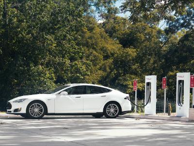 С2016г. клиентам Tesla Motors придется заправляться заденьги