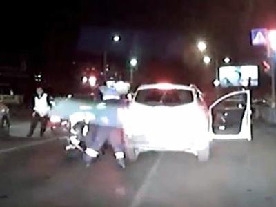 Видео: Погоня и задержание по-борцовски от омских гаишников