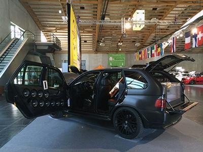 Шестиколесный БМВ X5 спарой немалых дверей