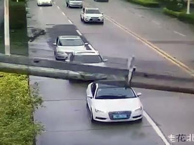 ВКитайской народной республике мужчина чудом выжил после падения башенного крана намашину
