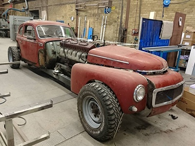 Старый Volvo получил 38-литровый мотор отмостоукладчика