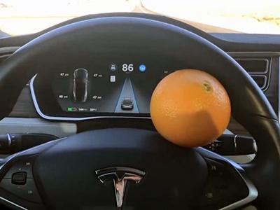 Автопилот Tesla удалось обмануть при помощи апельсина