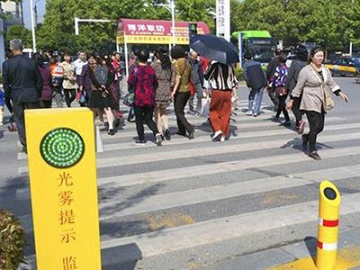 Пешеходов-нарушителей обливают водой в Китае