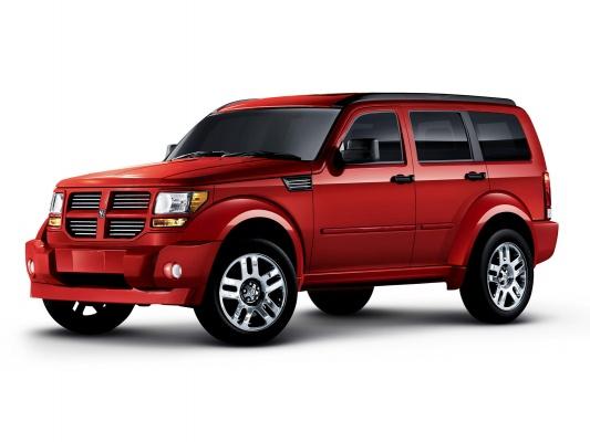 Dodge Nitro выглядит как очень массивный и мощный автомобиль, коим он в действительности и является.