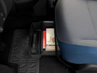 Два отсека под подушками передних сидений