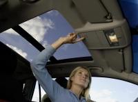 Прозрачный люк в крыше автомобиля